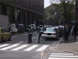 お弁当屋排除のため「だけ」のご出動。ちなみに道路の右側の駐停車は道路交通法違反です。(4/3撮影)