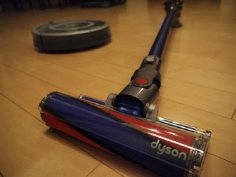 ルンバの最強の相棒はスティック型掃除機かもしれない [Dyson DC74]