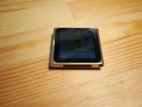 割れた iPod nano